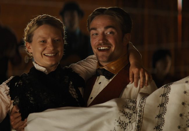 Mia Wasikowska, Robert Pattinson in Damsel.