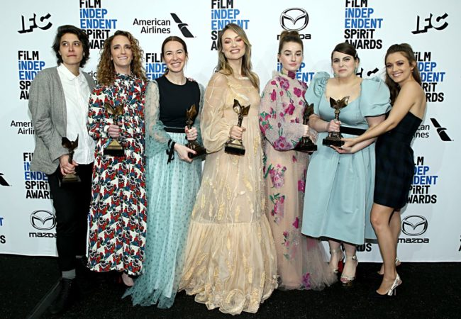 "SANTA MONICA, CALIFORNIA - FEBRUARY 08: (L-R) Chelsea Barnard, Jessica Elbaum, Katie Silberman, Olivia Wilde, Kaitlyn Dever, Beanie Feldstein and Billie Lourd pose in the press room with the Best First Feature award for the film ""Booksmart"" during the 2020 Film Independent Spirit Awards on February 08, 2020 in Santa Monica, California. (Photo by Phillip Faraone/Getty Images)"